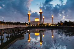 Мечеть Bukit Jelutong в утре с отражением в озере стоковое фото rf