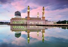 Мечеть Kota Kinabalu плавая на заходе солнца Стоковое Изображение RF