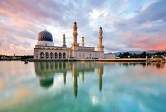 Мечеть Kota Kinabalu плавая на заходе солнца Стоковое Изображение