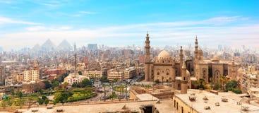 Мечеть-Madrassa султана Хасана в панораме Каира, Египта стоковые фотографии rf