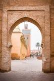 Мечеть Marrakesh увиденная от старого строба стены городка Стоковые Фото