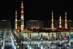 Мечеть Nabawi в западной стороне Medina на nighttime стоковые изображения rf