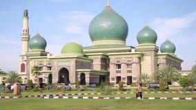Мечеть An-Nur большая в Pekanbaru, Индонезии, наклоне вверх видеоматериал