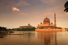 Мечеть Putra и Putra Perdana на заходе солнца Стоковое Изображение
