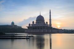 Мечеть Putra от взгляда берега озера Стоковая Фотография RF