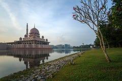Мечеть Putra от взгляда берега озера Стоковое Фото