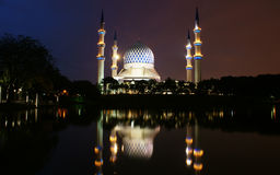Мечеть Shah Alam на ноче и отражении Стоковая Фотография