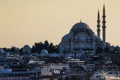 Мечеть Sultanahmet с minaters около Bosphorus на заходе солнца стоковая фотография rf