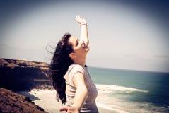 Мечтательная женщина на пляже стоковая фотография rf
