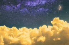 Мечтательное cloudscape на ноче с лунным светом и звездами стоковые изображения