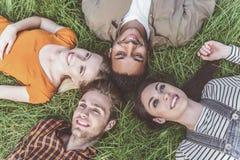Мечтательные люди ослабляя в парке с утехой Стоковое Фото