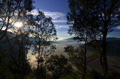 Мечтательный взгляд индонезийских гор стоковое изображение rf