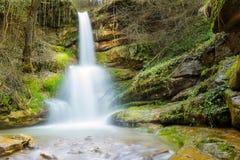 Мечтательный, водопад леса в ем амфитеатр ` s стоковая фотография