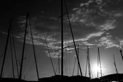 Мечтательный заход солнца над гаванью Fréjus Францией черно-белой Стоковое Фото