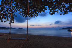 Мечтательный заход солнца на тропическом пляже. Стоковая Фотография