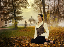 Мечтательная дама в парке осени Стоковые Изображения RF