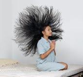 Мечтательная женщина в nightgown моля на кровати Стоковое фото RF