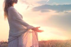 Мечтательная женщина держа солнце в ее руках стоковые фотографии rf