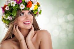 Мечтательная женщина с цветком на голове стоковые изображения rf