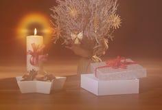 Мечтательная предпосылка рождества с снегом покрыла дерево, украшения соломы, горя свечу и открытый настоящий момент стоковое изображение rf