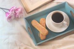 Мечтательное изображение романтичного завтрака в кровати Стоковые Фотографии RF