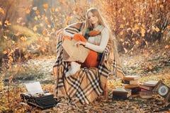 Мечтательное сочинительство женщины в парке осени Стоковое фото RF