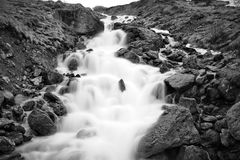 Мечтательный водопад между утесами Стоковые Фото