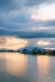 Мечтательный заход солнца на реке Саравака, Борнео Стоковые Фото
