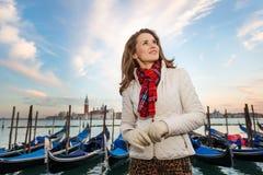 Мечтательный путешественник молодой женщины стоя на обваловке в Венеции Стоковое Изображение