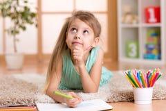 Мечтательный чертеж девушки ребенк с карандашами цвета Стоковое Изображение