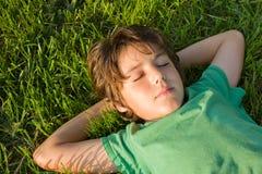мечтать малыш травы стоковые фото