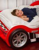 мечтать мальчика кровати Стоковая Фотография