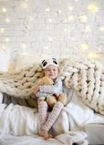 Мечтать молодого ребёнка сидя около волшебных подарков ремесла Нового Года рождественской елкой Стоковые Фотографии RF