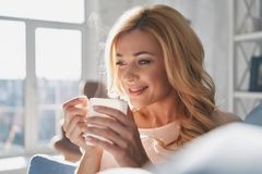 Мечтать о что-то Привлекательная молодая женщина держа чашку a Стоковая Фотография RF