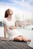 Мечтать порт женщины беременности на море Стоковое Изображение
