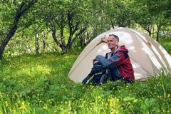 Мечтать путешественник сидит рядом с шатром стоковое изображение rf