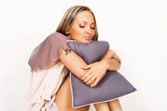 мечтать симпатичная женщина подушки Стоковые Фотографии RF