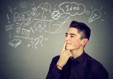Мечтать счастливого человека думая имеет много идей смотря вверх Стоковые Изображения