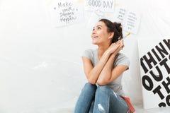 Мечтать художник молодой дамы сидя на поле Стоковые Изображения RF