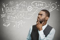 Мечтать человека думая имеет много идей смотря вверх Стоковые Изображения