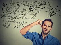 Мечтать человека Houghtful думая имеет много идей смотря вверх Стоковые Изображения RF