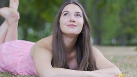 Мечтающ женщина посмотрите до небо, молодой фантазер в парке, красивых женских интересах сток-видео