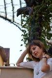 Мечтающ женщина снаружи Стоковые Изображения RF