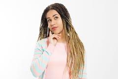 Мечтающ и сделать концепцию желания Афро-американская девушка в одеждах моды изолированных на белой предпосылке Хипстер женщины с стоковая фотография