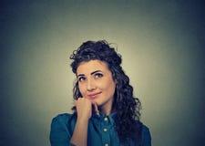 Мечтающ счастливая женщина смотря вверх стоковые изображения