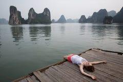 Мечтая девушка на пристани стоковая фотография