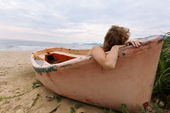 Мечтая девушка на пляже стоковые фотографии rf