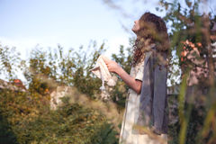 Мечтая девушка с вьющиеся волосы Стоковая Фотография RF