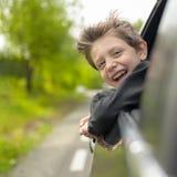Мечтая мальчик смотря вне из окна автомобиля стоковые фото