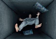 Мечтая парень с ощущением падать стоковые изображения